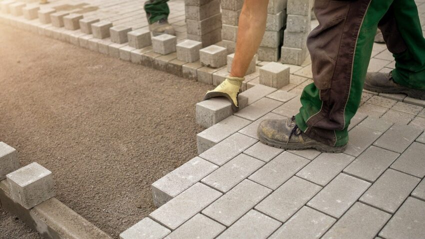 Construction Worker Bricks  - RobbieWi / Pixabay